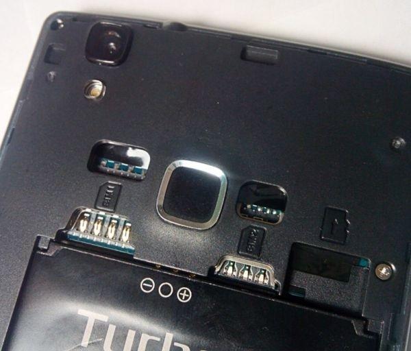 большой отсек под очень большую батарею и три раздельных слота – microSIM, nanoSIM и microSD
