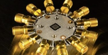 образец квантового процессора с шестью кубитами